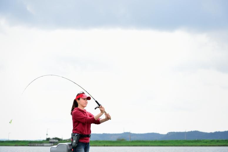 霞ヶ浦水系の常陸(ひたち)利根川で。「初めて霞ヶ浦で釣りをしたときは、そのエリアの広さ、ダイナミックさに感動しました」