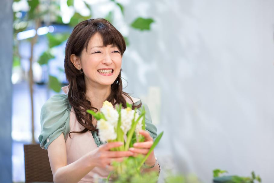 「フラワーアレンジは、それぞれの花の個性を存分に引き出せるように、お花と会話しながらすすめます」。