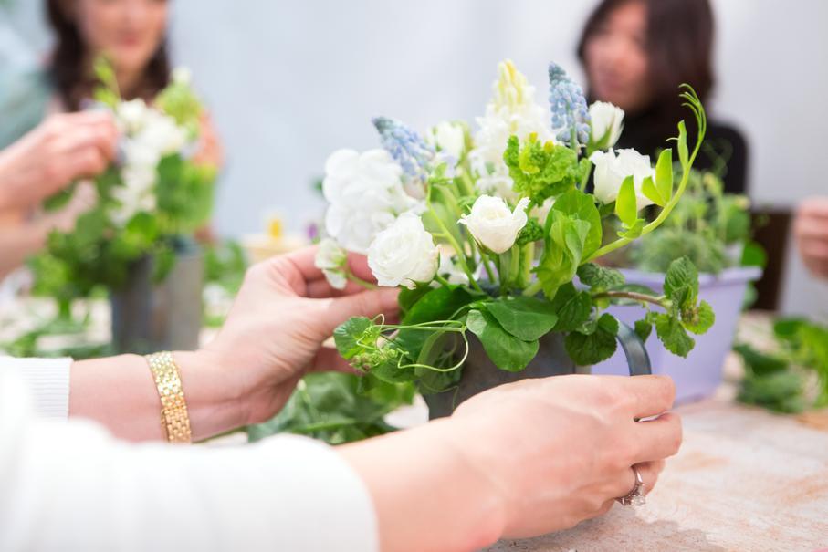 ヒヤシンス、菜の花、スイトピー、バラ、ミント、ムスカリetc.。早春にふさわしいナチュラルカラーの花や葉を取り合わせて。